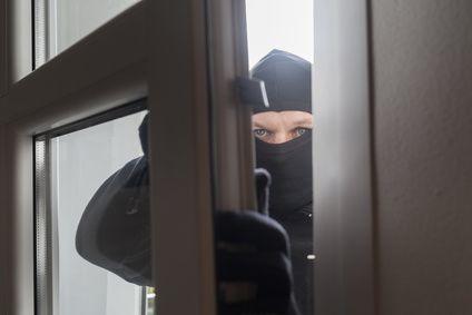Einbrecher kommt durch Fenster