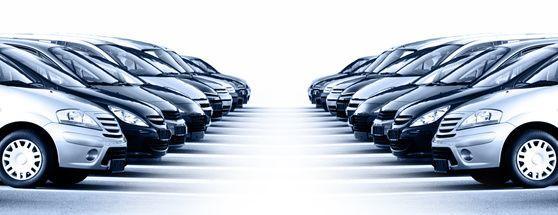 Viele Autos aufgereiht